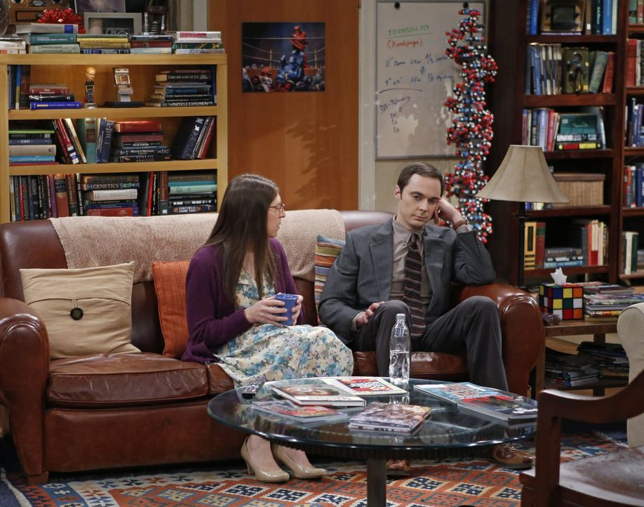Während sich Amy (Mayim Bialik, l.) auf das Thanksgiving-Dinner bei Howard freut, ist Sheldon (Jim Parsons, r.) total genervt ... - Bildquelle: Warner Brothers Entertainment Inc.