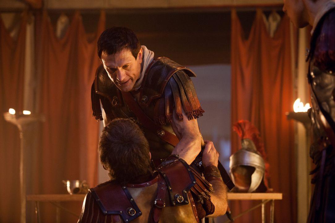 Völlig außer Kontrolle, weil Kore zu Spartacus geflohen ist, fällt Crassus (Simon Merrells) über alles und jeden her. Mit weitreichenden Folgen ...... - Bildquelle: 2012 Starz Entertainment, LLC. All rights reserved.