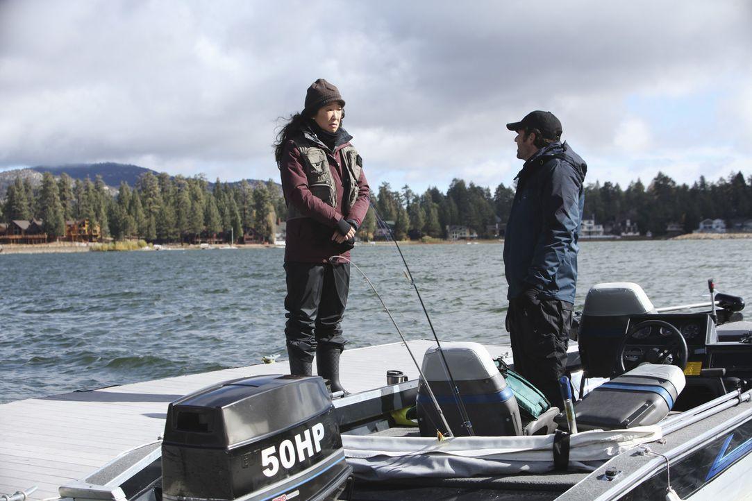 Während Derek (Patrick Dempsey, r.) und Cristina (Sandra Oh, l.) gemeinsam angeln, stehen Owen und Meredith gemeinsam im OP-Saal und versuchen, ein... - Bildquelle: ABC Studios