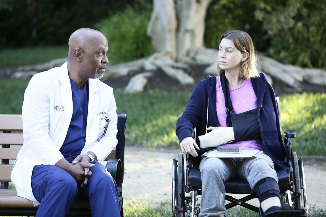 Während Meredith (Ellen Pompeo, r.) schwer verwundert wird, kämpfen die Ärzte um Webber (James Pickens Jr., l.), um das Leben ihrer Patienten ... - Bildquelle: Nicole Wilder ABC Studios