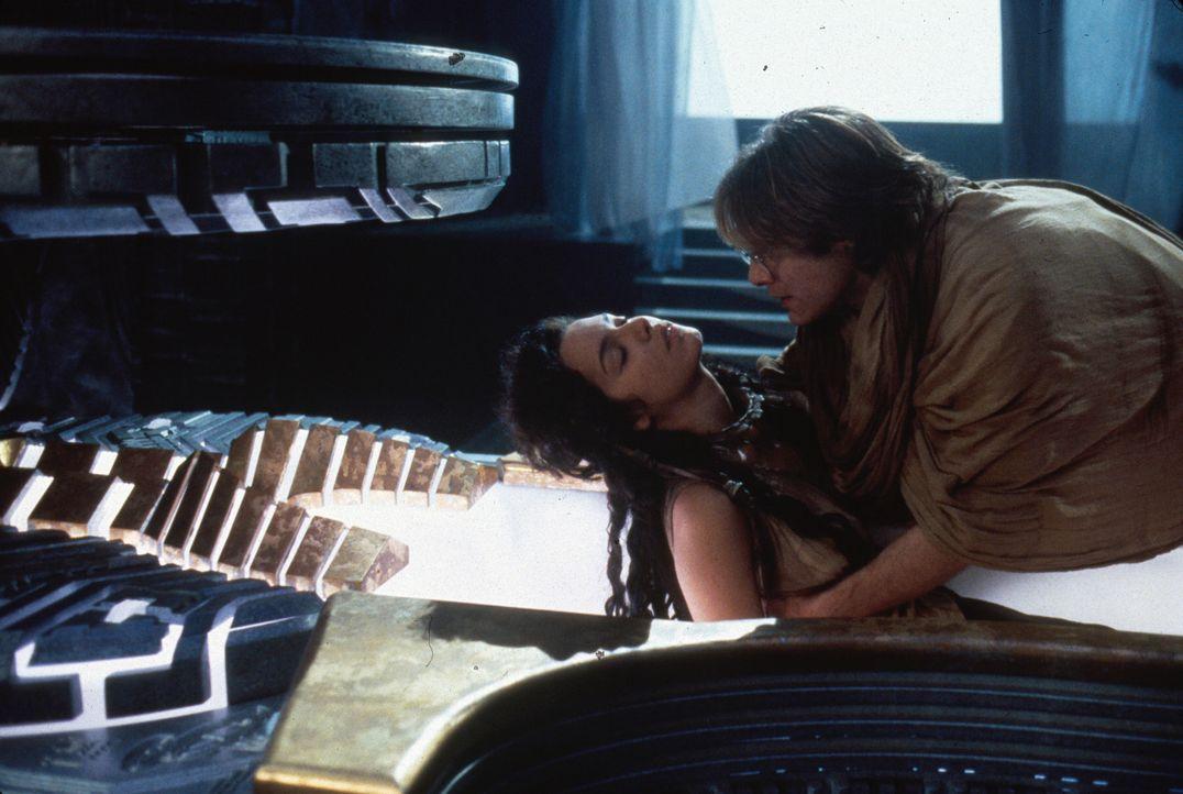 Als der junge Ägyptologe Dr. Daniel Jackson (James Spader, r.) den Sarkophag öffnet, findet er dort eine attraktive junge Frau vor: Sha'uri (Mili...