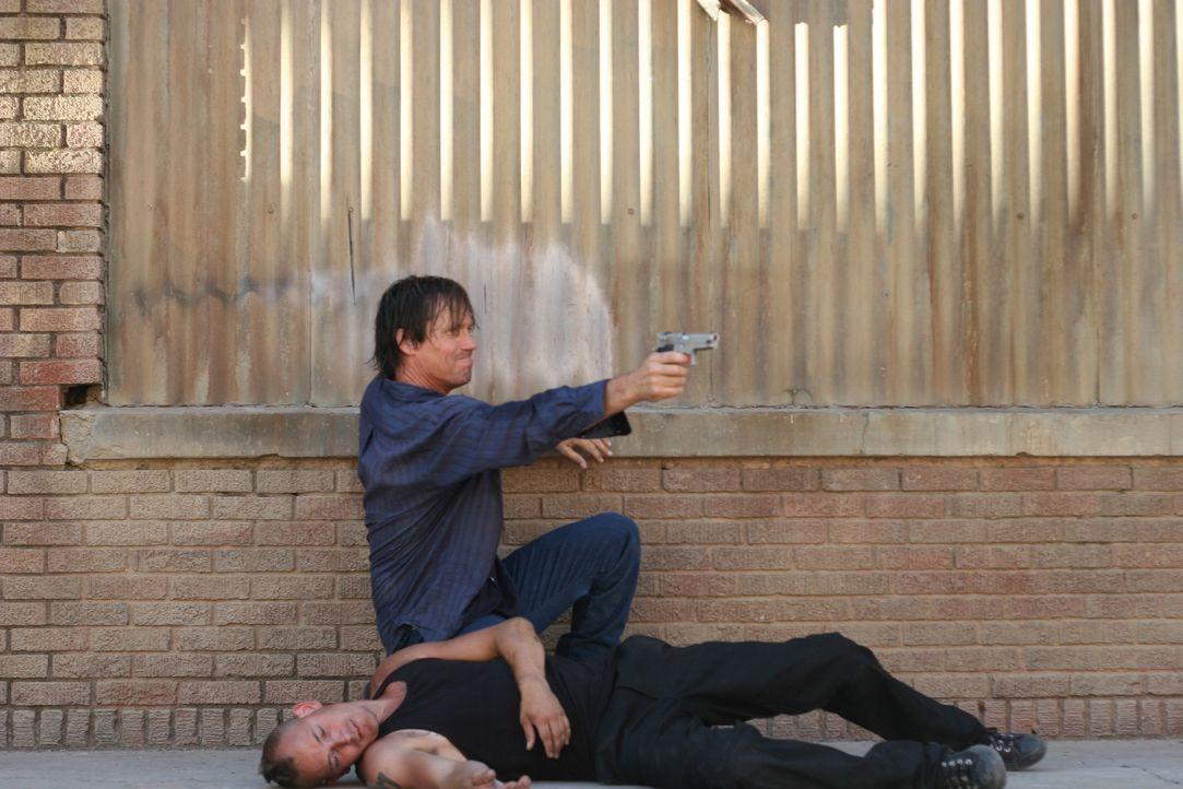 Nimmt den Kampf gegen einen schier übermächtigen Gegner auf: Nick (Kevin Sorbo, hinten) ... - Bildquelle: CPT Holdings, Inc. All Rights Reserved