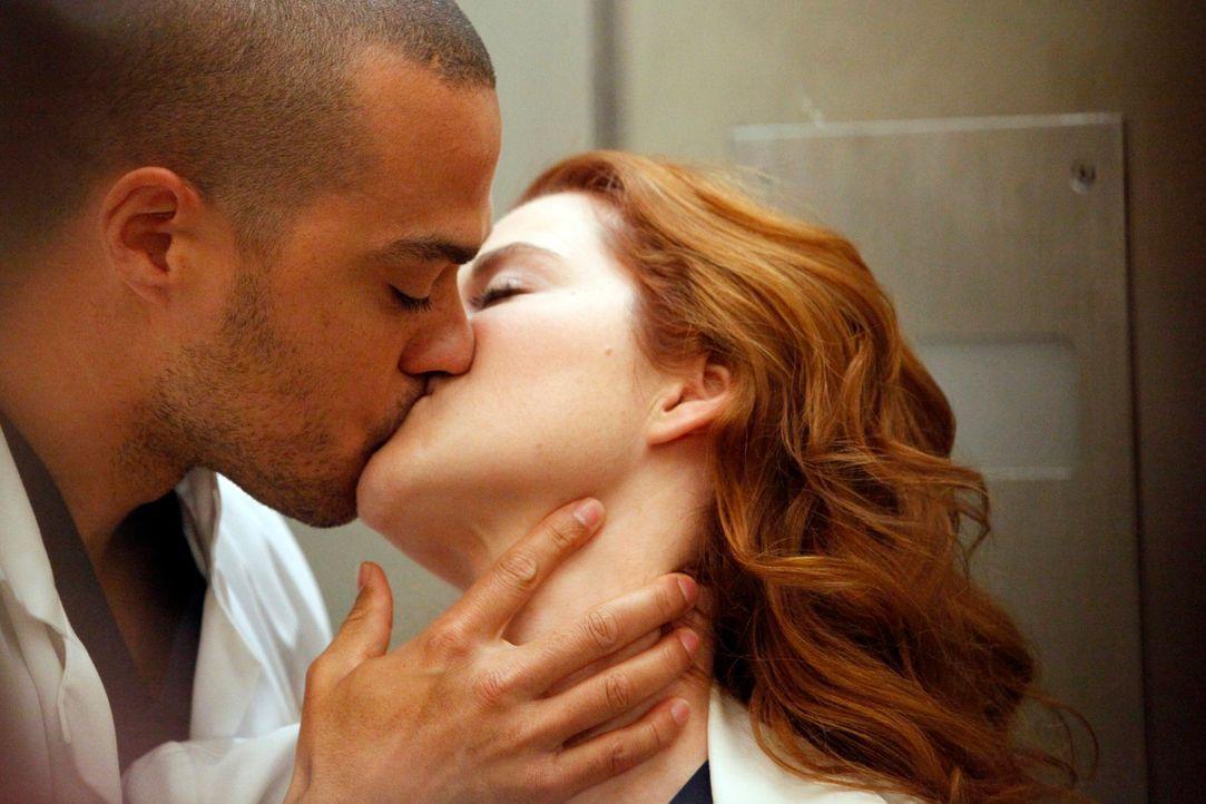 Sind sehr glücklich miteinander: Jackson (Jesse Williams, l.) und April (Sarah Drew, r.) ... - Bildquelle: ABC Studios