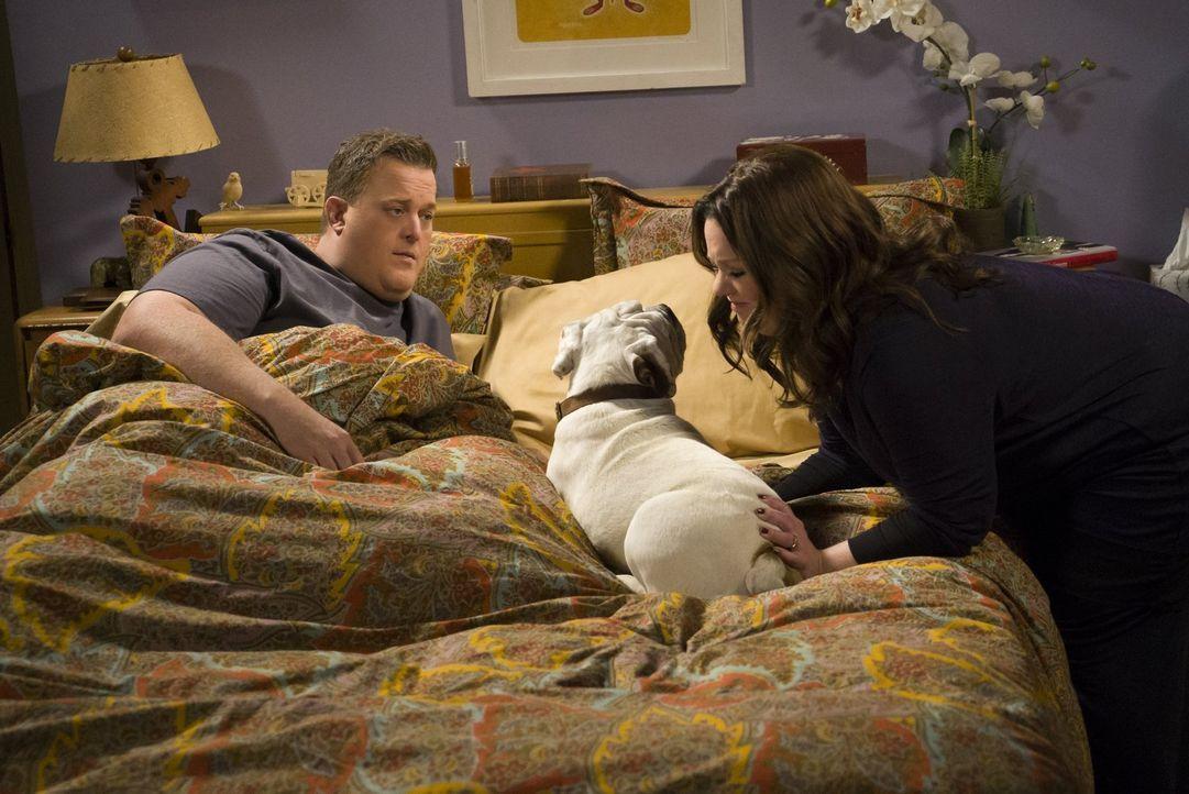 Als Mike (Billy Gardell, l.) einen herrenlosen Hund mit nach Hause bringt, freut sich Molly (Melissa McCarthy, r.) über den Familienzuwachs. Doch si... - Bildquelle: Warner Brothers