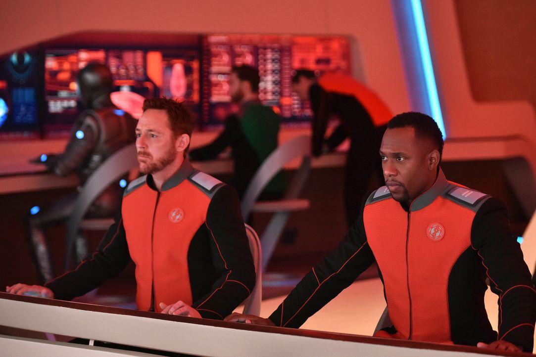 Als bekannt wird, wer der 1. Offizier ihres Raumschiffs wird, weiht Gordon (Scott Grimes, l.) den Navigator John (J. Lee, r.) und seine anderen Koll... - Bildquelle: 2017 Fox and its related entities.  All rights reserved.