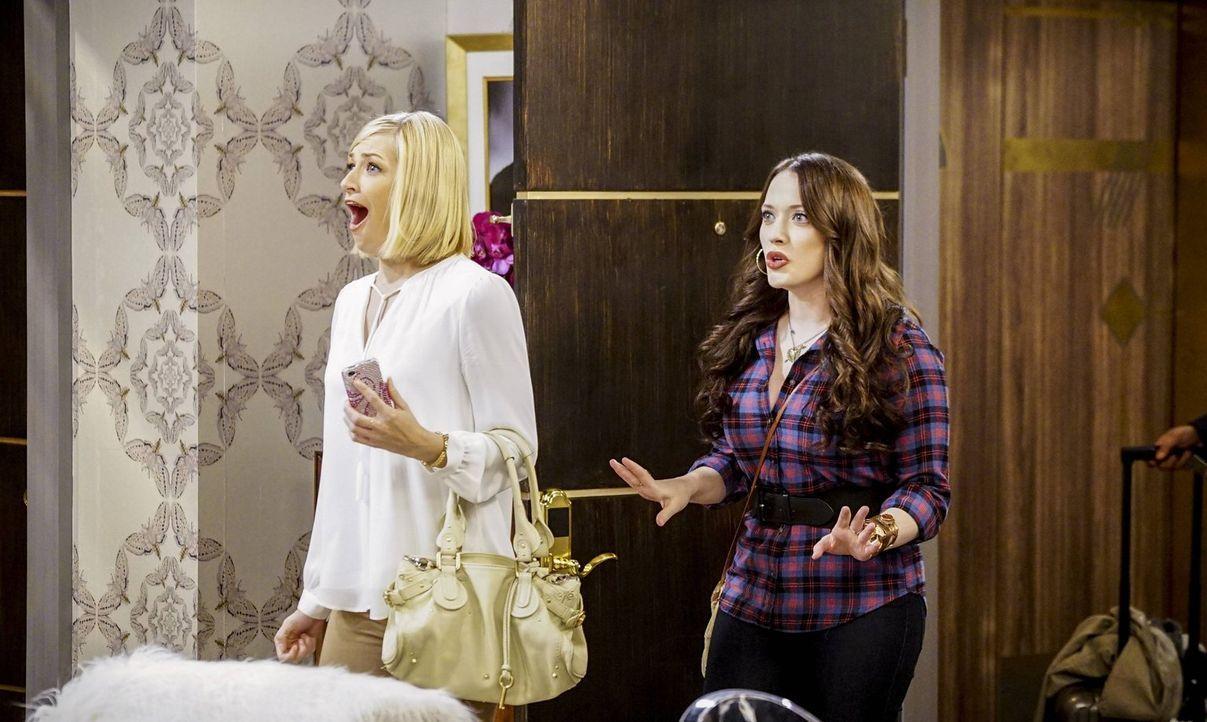 Max (Kat Dennings, r.) begleitet Caroline (Beth Behrs, l.) nach Los Angeles. Beiden freuen sich schon drauf - doch natürlich kommt alles anderes als... - Bildquelle: 2016 Warner Brothers