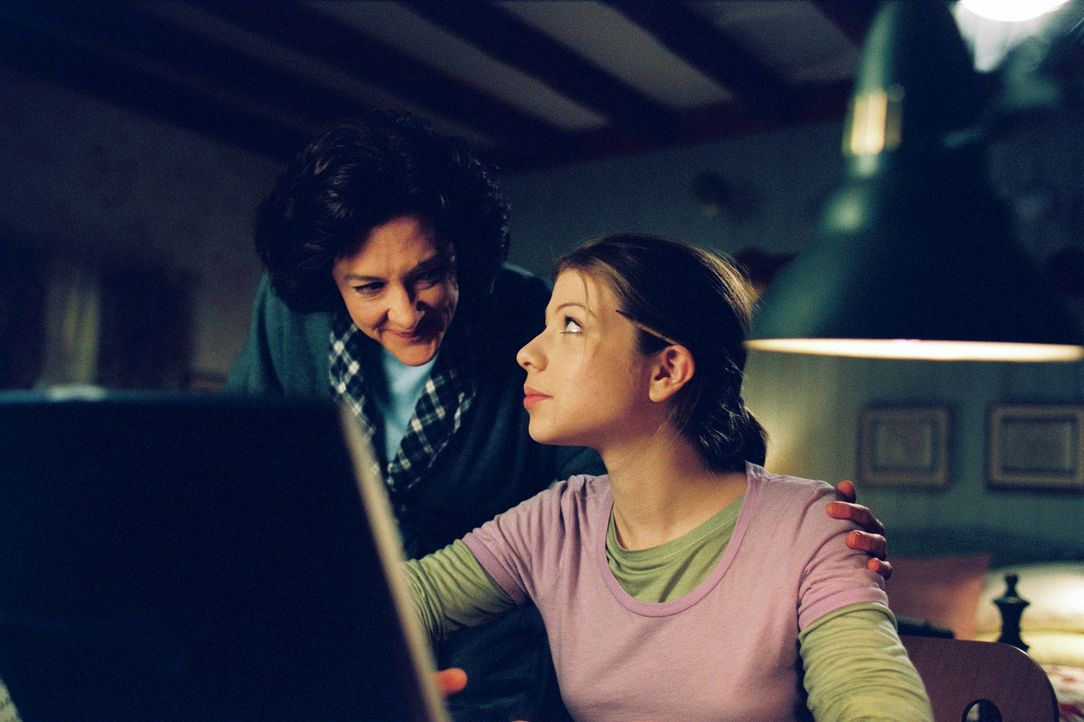 Casey Carlyle (Michelle Trachtenberg, r.), ein unsicherer Teenager, hat nur einen Traum: Sie will Eistänzerin werden. Doch davon will ihre starrköpf... - Bildquelle: 2005 Disney Enterprises, Inc.