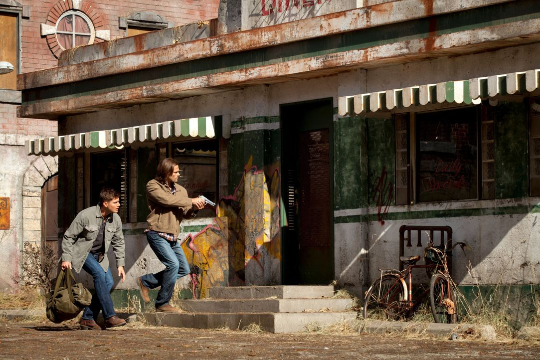 Laufen Sam (Jared Padalecki, r.) und Dean (Jensen Ackles, l.) mitten in eine Falle, während Kevin sich von Crowley beeinflussen lässt? - Bildquelle: 2013 Warner Brothers
