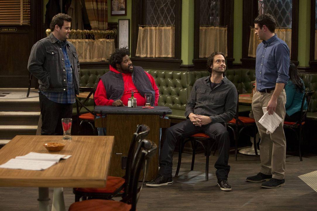 Nach den Nachrichten für Justin (Brent Morin, r.) heißt es trösten: Brett (David Fynn, l.), Shelly (Ron Funches, 2.v.l.) und Danny (Chris D'Elia, 2.... - Bildquelle: Warner Brothers