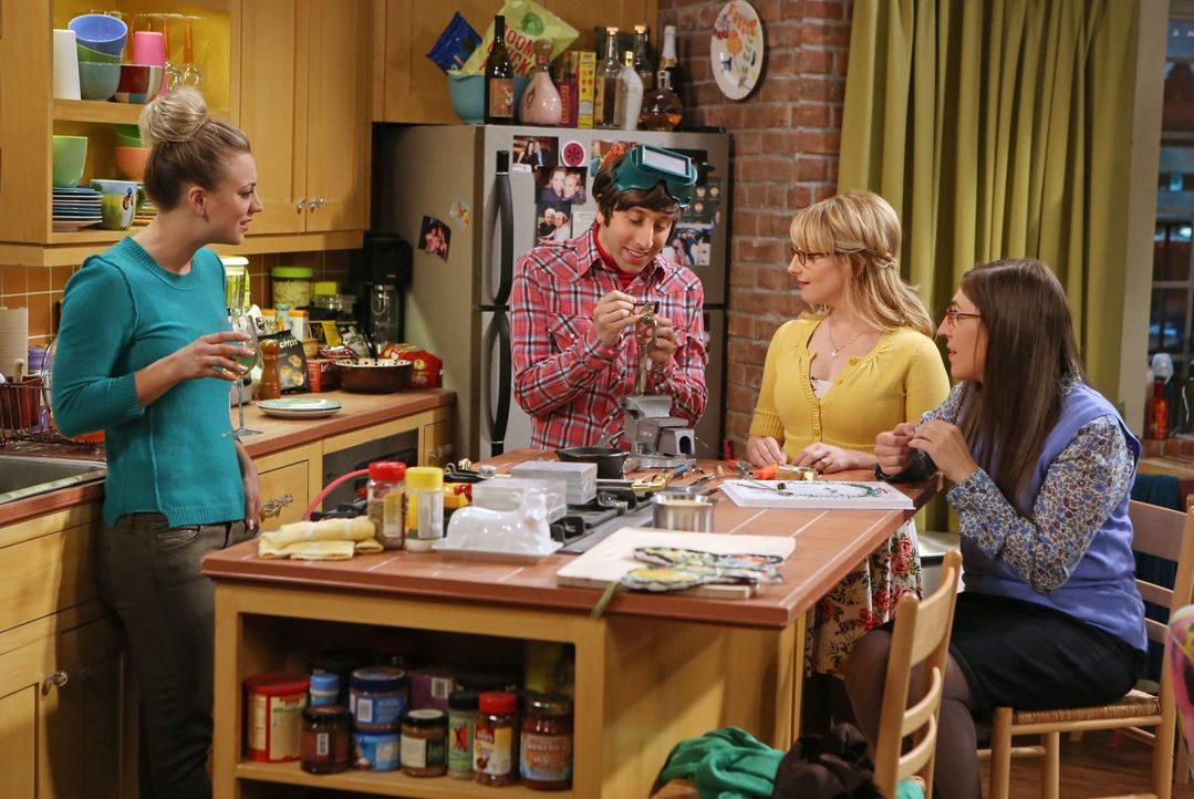 Verbringen einen gemütlichen Bastelabend miteinander: Bernadette (Melissa Rauch), Amy (Mayim Bialik, r.), Penny (Kaley Cuoco, l.) und Howard (Simon... - Bildquelle: Warner Bros. Television