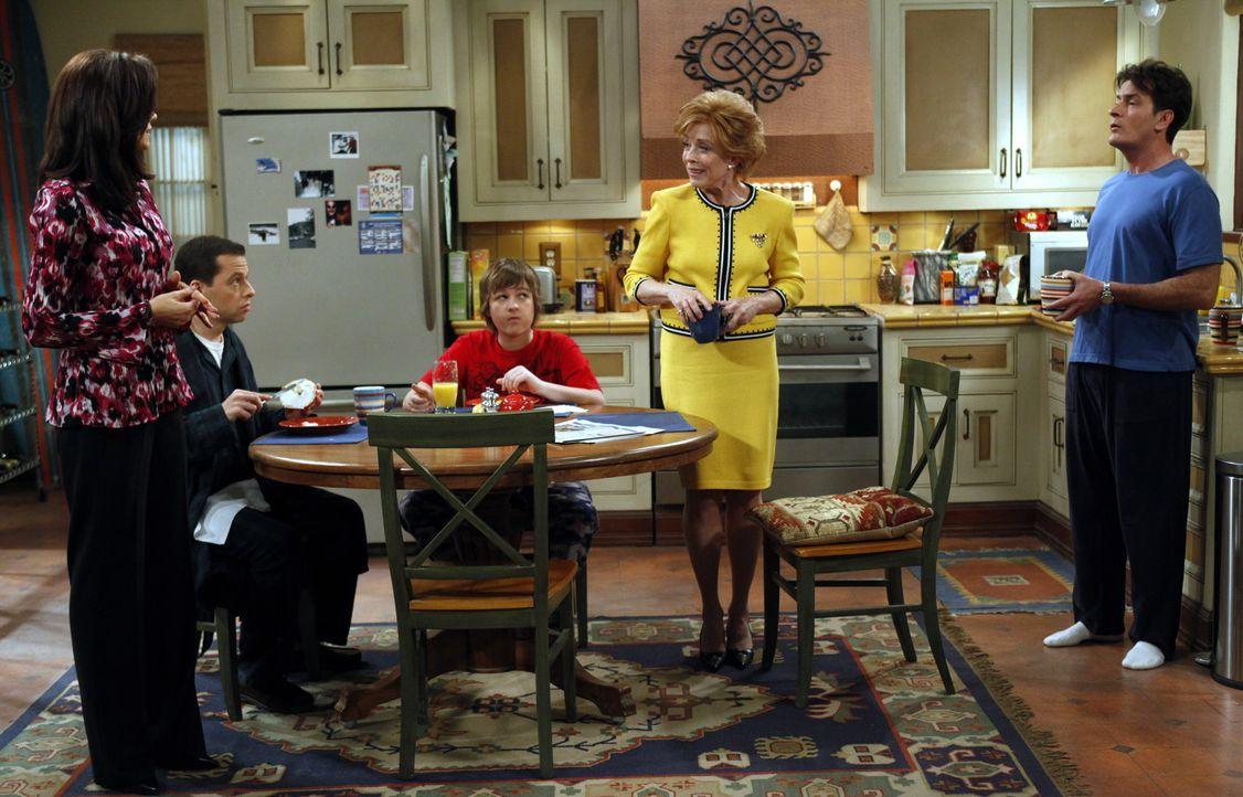 Evelyn (Holland Taylor, 2.v.r.) lernt Chelsea (Jennifer Bini Taylor, l.) kennen und muss erkennen, dass ihr Sohn Charlie (Charlie Sheen, r.) sie nic... - Bildquelle: Warner Bros. Television
