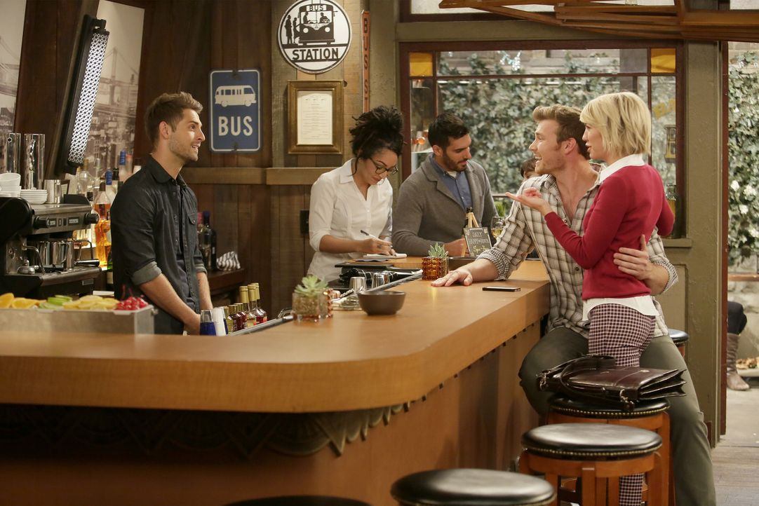 Ben (Jean-Luc Bilodeau, l.); Danny (Derek Theler, 2.v.r.); Riley (Chelsea Kane, r.) - Bildquelle: Nicole Wilder ABC Family