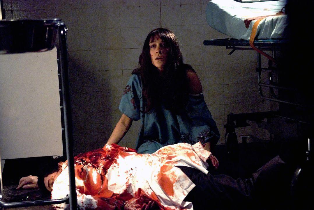 Sofia (Erica van Briel, oben) ahnt nicht, dass sie bei ihrem mörderischen Treiben beobachtet wird ... - Bildquelle: Sony 2007 CPT Holdings, Inc.  All Rights Reserved.