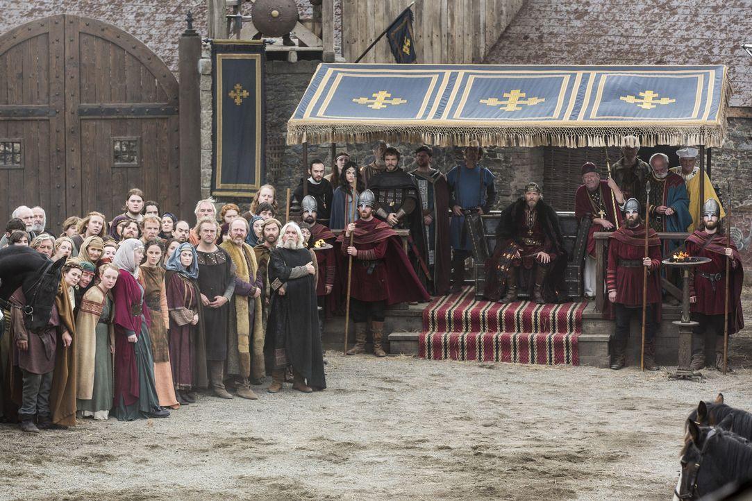 König Ecbert (Linus Roache, sitzend) erwartet Besuch von Prinzessin Kwenthrith. Wird er mit ihr eine neue Allianz eingehen, um seine eigenen Pläne w... - Bildquelle: 2014 TM TELEVISION PRODUCTIONS LIMITED/T5 VIKINGS PRODUCTIONS INC. ALL RIGHTS RESERVED.