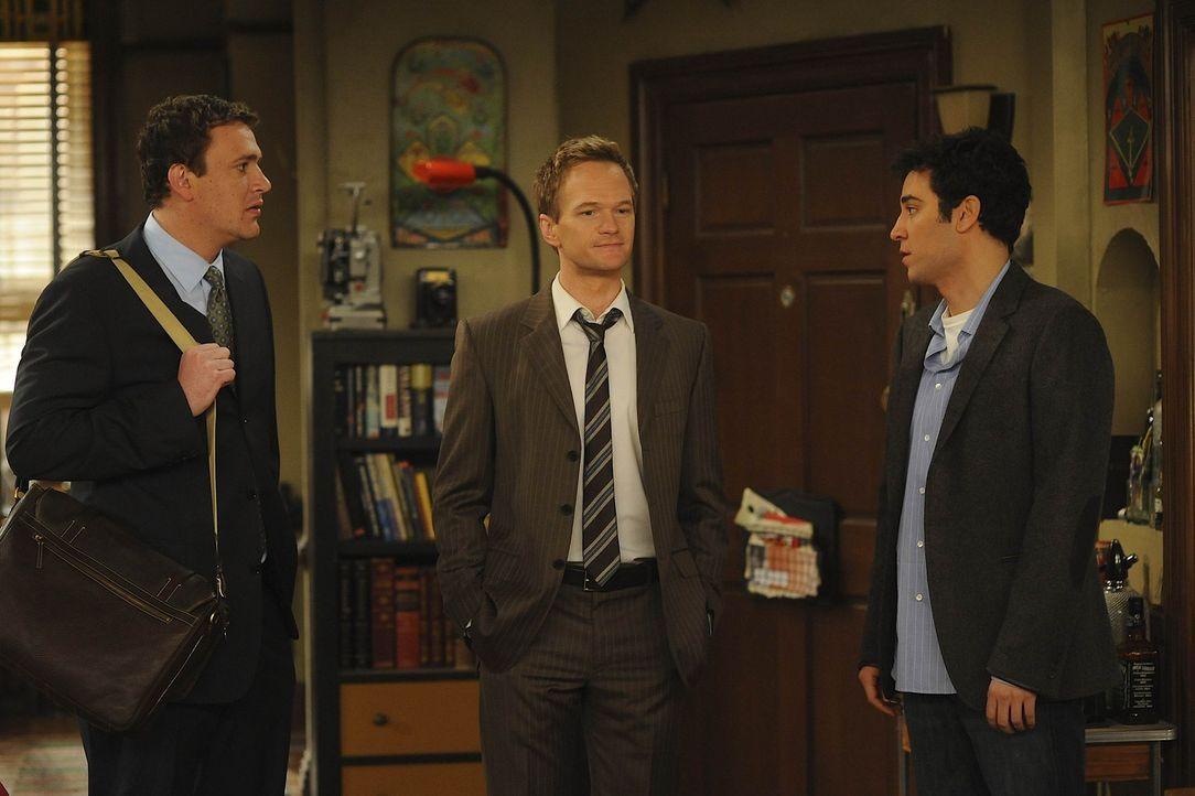 Ted (Josh Radnor, r.) ist entsetzt, als er feststellen muss, dass er von Marshall (Jason Segel, l.) und Barney (Neil Patrick Harris, M.) seit Wochen... - Bildquelle: 20th Century Fox International Television