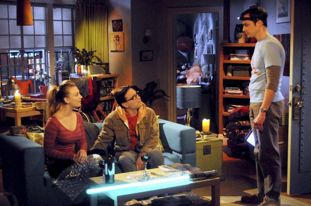 Als Leonard (Johnny Galecki, M.) bei Penny (Kaley Cuoco, l.) ist, platzt Sheldon (Jim Parsons, r.) plötzlich rein und zerstört die romantische Stimm... - Bildquelle: Warner Bros. Television