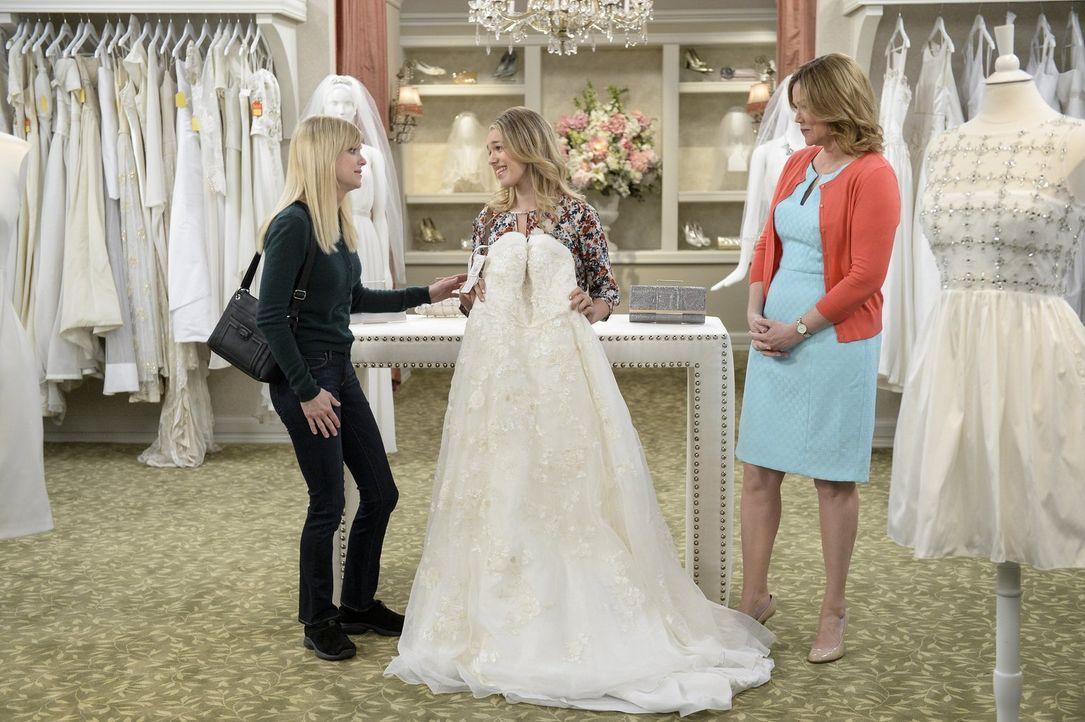Christys (Anna Faris, l.) Tochter Violet (Sadie Calvano, M.) lädt ihre Mutter ein, mit ihr ein Brautkleid für die bevorstehende Hochzeit auszusuchen... - Bildquelle: 2015 Warner Bros. Entertainment, Inc.