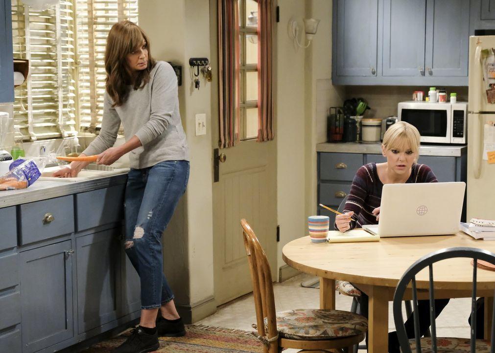 Als Bonnie (Allison Janney, l.) darauf besteht, endlich Adams Bruder kennenlernen zu wollen, ahnt sie nicht, was für Auswirkungen das auf Christy (A... - Bildquelle: 2017 Warner Bros.