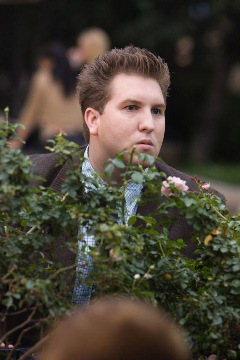 Ein neuer Versuch, sich wirkungsvoll zu tarnen: Lloyd (Nate Torrence) ... - Bildquelle: Warner Brothers