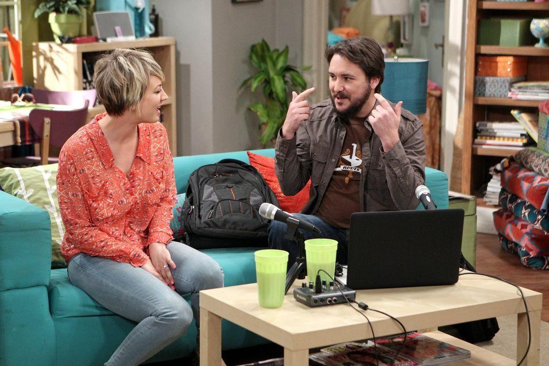Der Podcast mit Wil (Wil Wheaton, r.) läuft gut, doch dann werden Penny (Kaley Cuoco, l.) unangenehme Fragen gestellt ... - Bildquelle: Warner Bros. Television