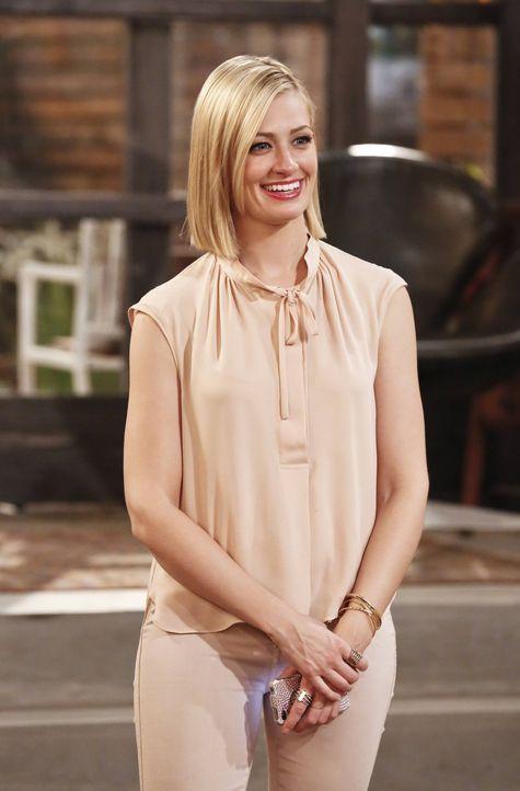 Caroline (Beth Behrs) ist überglücklich, dass ein Hollywoodstar in ihrem Film mitspielen möchte und begleitet Max zum Anwesen ihres Freundes Randy,... - Bildquelle: 2016 Warner Brothers