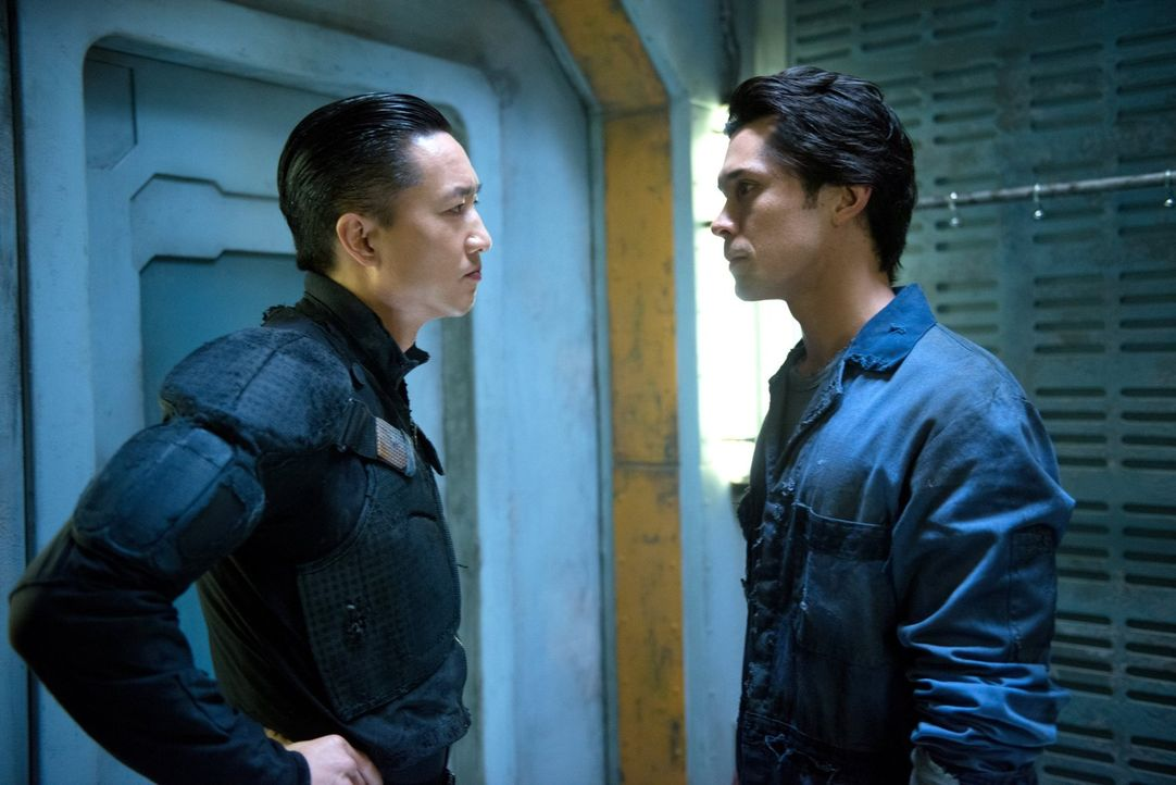 Commander Shumway (Terry Chen, l.) hat einen ganz besonderen Auftrag für Bellamy (Bob Morley, r.) ... - Bildquelle: Warner Brothers