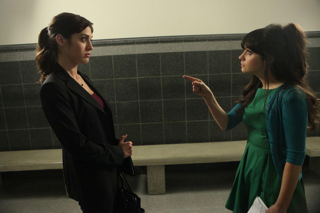Wird Julia (Lizzy Caplan, l.) Jess (Zooey Deschanel, r.) vor Gericht zur Seite stehen? - Bildquelle: 2012 Twentieth Century Fox Film Corporation. All rights reserved.