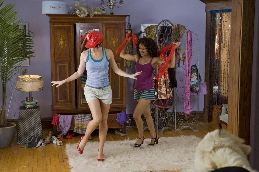 In Dana (Tessa Thompson, r.) findet Lauryn (Mary Elizabeth Winstead, l.) eine gute  Freundin ... - Bildquelle: Kinowelt GmbH
