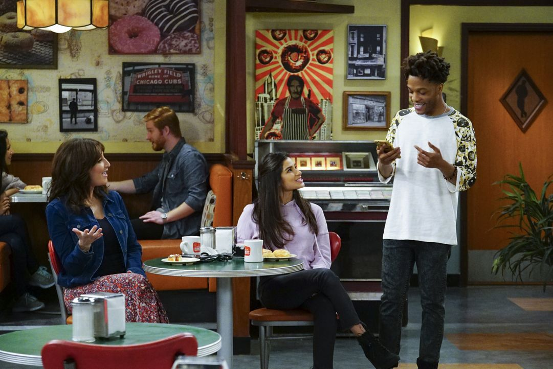 (v.l.n.r.) Randy (Katey Sagal); Sofia (Diane Guerrero); Franco (Jermaine Fowler) - Bildquelle: Monty Brinton 2018 CBS Broadcasting, Inc. All Rights Reserved. / Monty Brinton