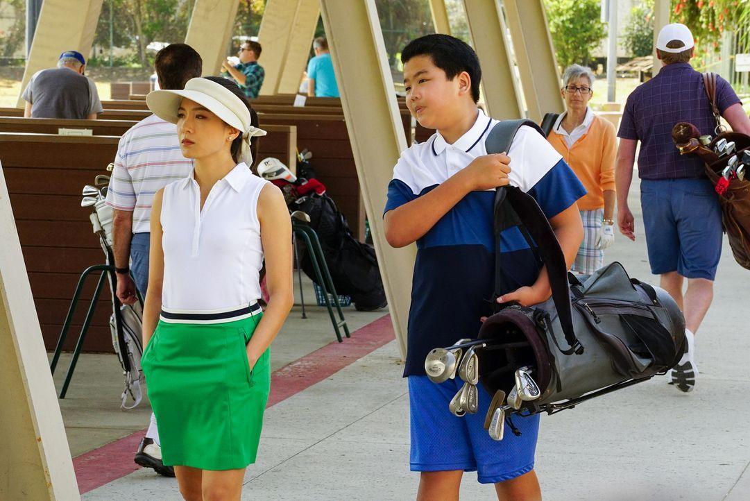 Jessica (Constance Wu, l.) ist  sich sicher, dass mit einem harten, disziplinierten Training ihr Sohn Eddie (Hudson Yang, r.) ganz schnell Golfprofi... - Bildquelle: 2016-2017 American Broadcasting Companies. All rights reserved.
