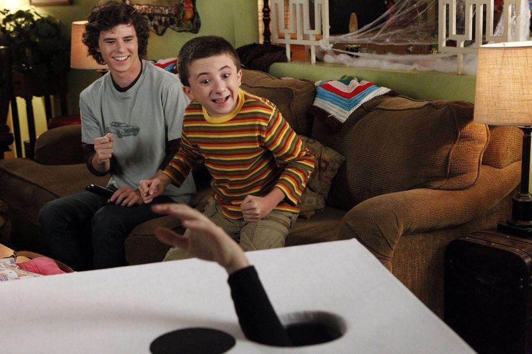 Es ist Halloween und Axl (Charlie McDermott, l.) entwickelt mit seinen Freunden einen fiesen Plan, um an Süßigkeiten zu kommen. Währenddessen muss B... - Bildquelle: Warner Brothers