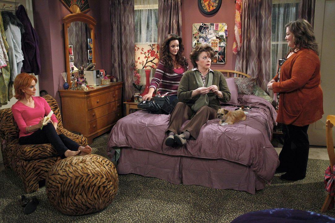 Gemeinsam bereiten sie Peggy (Rondi Reed, 2.v.r.) auf ihr Date vor: Molly (Melissa McCarthy, r.), Joyce (Swoosie Kurtz, l.) und Victoria (Katy Mixon... - Bildquelle: 2010 CBS Broadcasting Inc. All Rights Reserved.