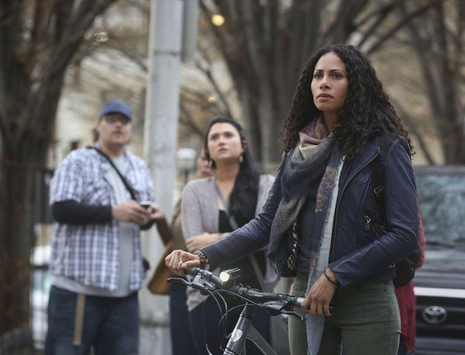 Ein kleiner Moment des Zweifels reicht aus und Jana (Christina Marie Moses, r.) ist zur Zeit der Abriegelung des ganzen Stadtbezirkes im Sperrgebiet... - Bildquelle: Warner Brothers