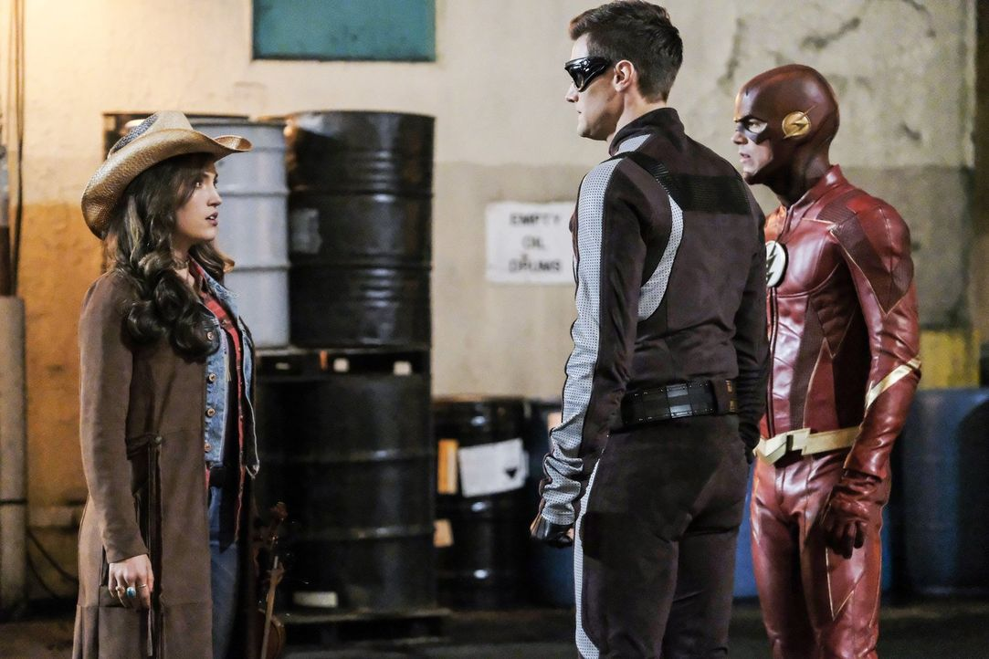 Als Barry alias The Flash (Grant Gustin, r.) erkennt, dass Izzy (Miranda MacDougall, l.) eine gute Hilfe im Kampf gegen DeVoe wäre, will er sie über... - Bildquelle: 2017 Warner Bros.
