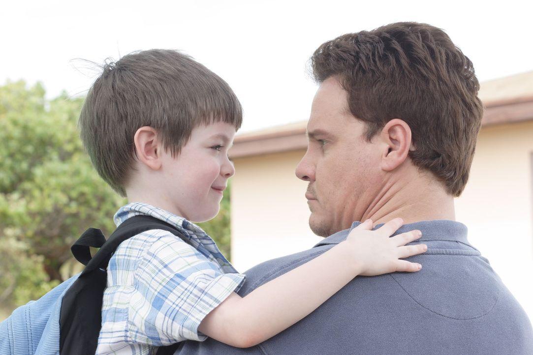 Trotz einer Sturmwarnung fährt Quinn (Craig Sheffer, r.) mit seinem kleinen Sohn Mark (Joshua Friesen, l.) aufs Meer hinaus. Es kommt zu einem Ungl... - Bildquelle: Christopher Filmcapital