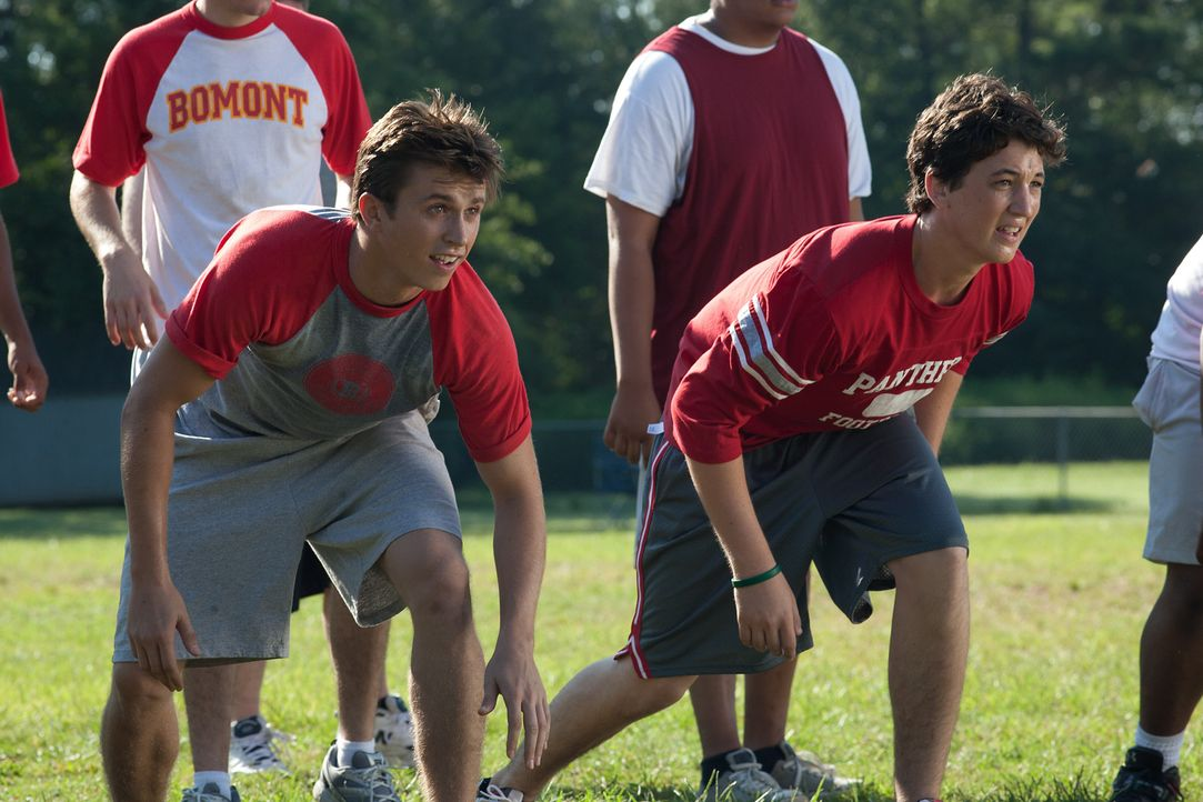 Bereits am ersten Tag an der neuen Schule lernt Ren (Kenny Wormald, l.) den besonnenen Willard (Miles Teller, r.) kennen. Der macht ihm klar, dass d... - Bildquelle: 2010 Paramount Pictures. All Rights Reserved.