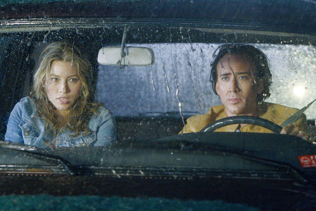 Chris (Nicolas Cage, r.) soll eine Bombe ausfindig machen. Doch die Rettung von acht Millionen Menschen interessiert ihn nicht sonderlich. Wichtiger... - Bildquelle: t   2007 Paramount pictures. All Rights Reserved.