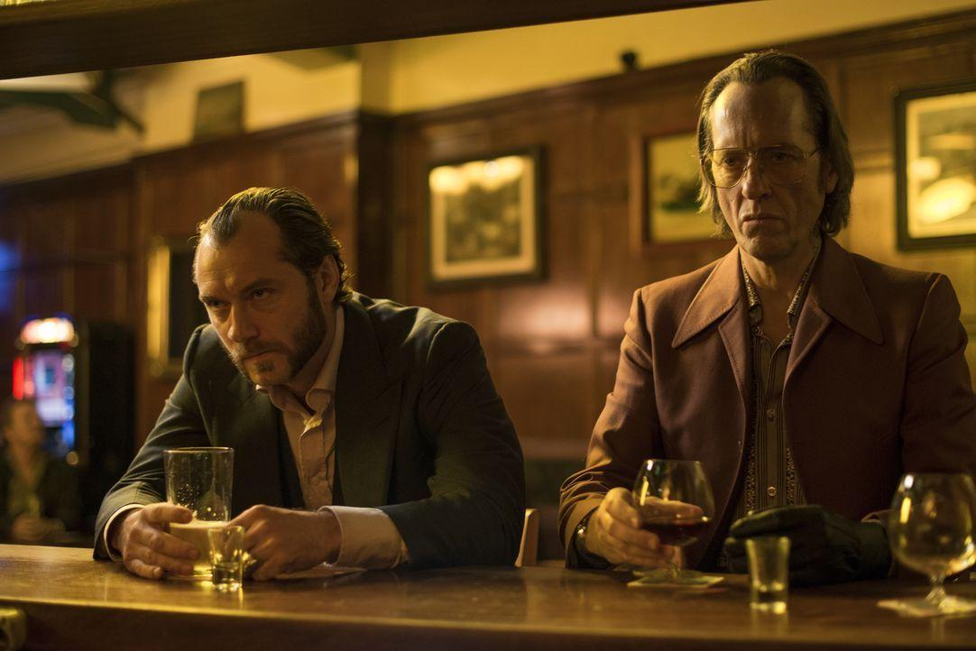 Die Safe-Knacker Dom (Jude Law, l.) und Dickie (Richard E. Grant, r.) müssen dieses Mal etwas ganz anderes knacken, nämlich den Willen des Gangsterb... - Bildquelle: 2014 Twentieth Century Fox Film Corporation.  All rights reserved.