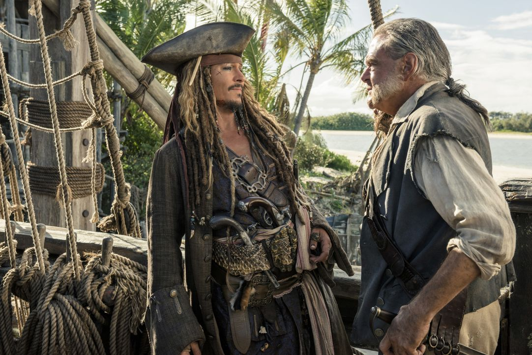 Captain Jack Sparrow (Johnny Depp, l.); Joshamee Gibbs (Kevin R. McNally, r.) - Bildquelle: Peter Mountain Disney Enterprises, Inc. All Rights Reserved. / Peter Mountain