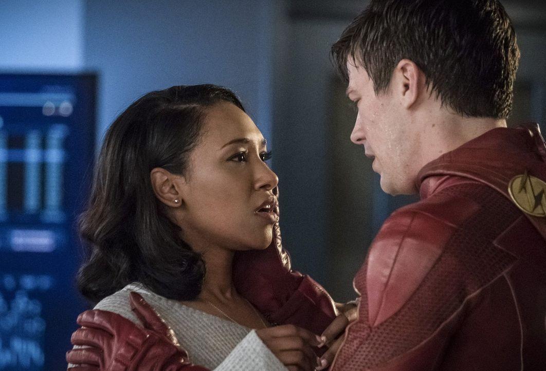 Muss Barry alias The Flash (Grant Gustin, r.) sich tatsächlich eingestehen, dass er Iris (Candice Patton, l.) und die vielen anderen Menschen in Cen... - Bildquelle: 2017 Warner Bros.