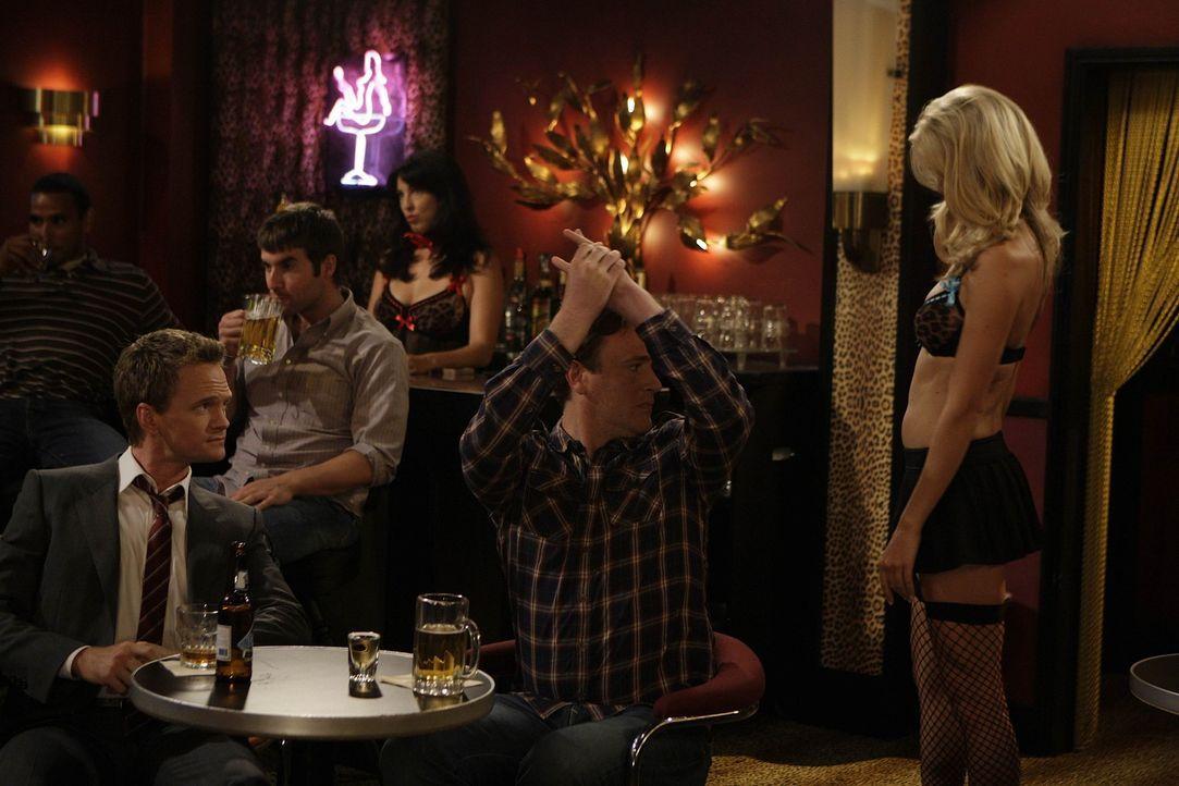 Barney (Neil Patrick Harris, l.) nimmt Marshall (Jason Segel, M.) mit in einen Strip-Club - dort treffen sie auf eine ganz besondere Stripperin ... - Bildquelle: 20th Century Fox International Television
