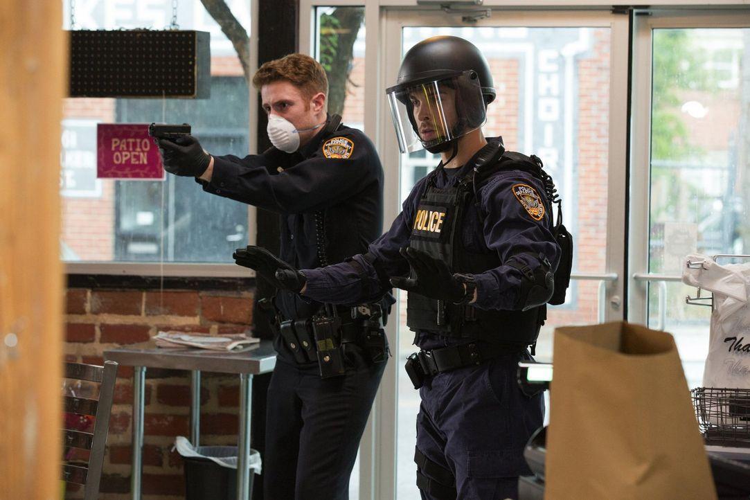 Als die Situation innerhalb der Quarantäne droht, völlig außer Kontrolle zu geraten, müssen die wenigen im Sperrgebiet befindlichen Polizisten versu... - Bildquelle: Warner Brothers