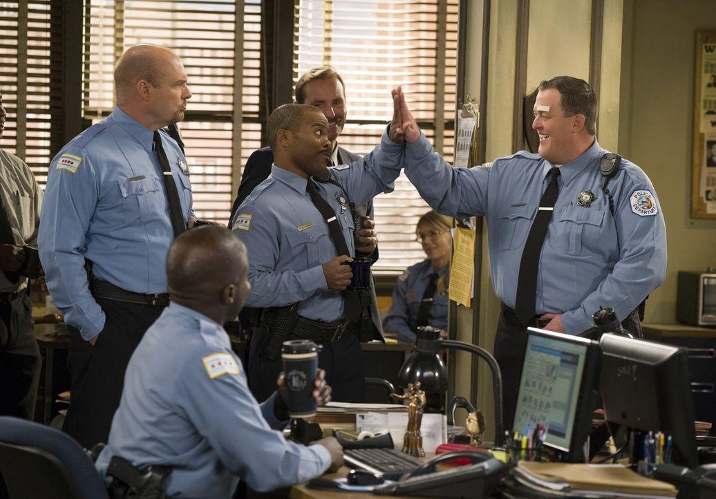 Mike (Billy Gardell, r.) wird von Ramirez (Casey Washington, M.), Seely (Eric Allan Kramer, l.) und dem Rest seines Reviers gefeiert, weil er sich e... - Bildquelle: Warner Brothers