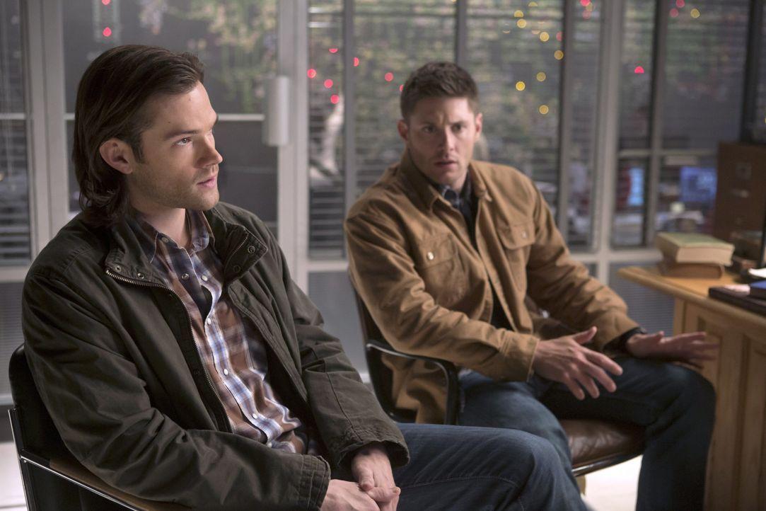 Während Sam (Jared Padalecki, l.) und Dean (Jensen Ackles, r.) Castiel bei seinen Angelegenheiten helfen wollen, möchte Abaddon einen Deal mit Crowl... - Bildquelle: 2013 Warner Brothers