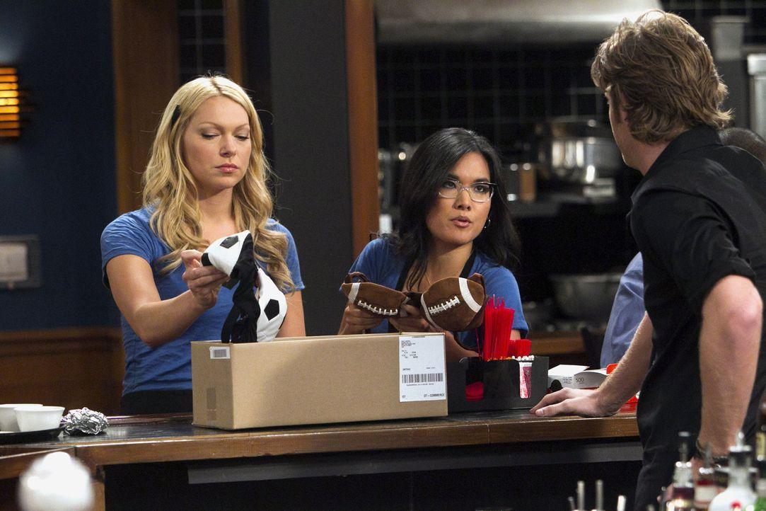 Sind von der neuen Arbeitskleidung nicht begeistert: Olivia (Ali Wong, M.), Chelsea (Laura Prepon, l.) und Rick (Jake McDorman, r.) ... - Bildquelle: Warner Brothers