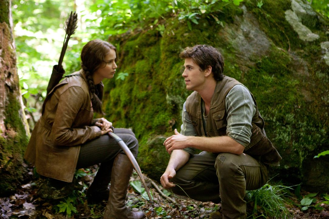 Katniss (Jennifer Lawrence, l.) und Gale (Liam Hemsworth, r.) verloren ihre Väter bei einem Bergwerksunglück. Seitdem sind sie der Ernährer ihrer... - Bildquelle: Studiocanal GmbH