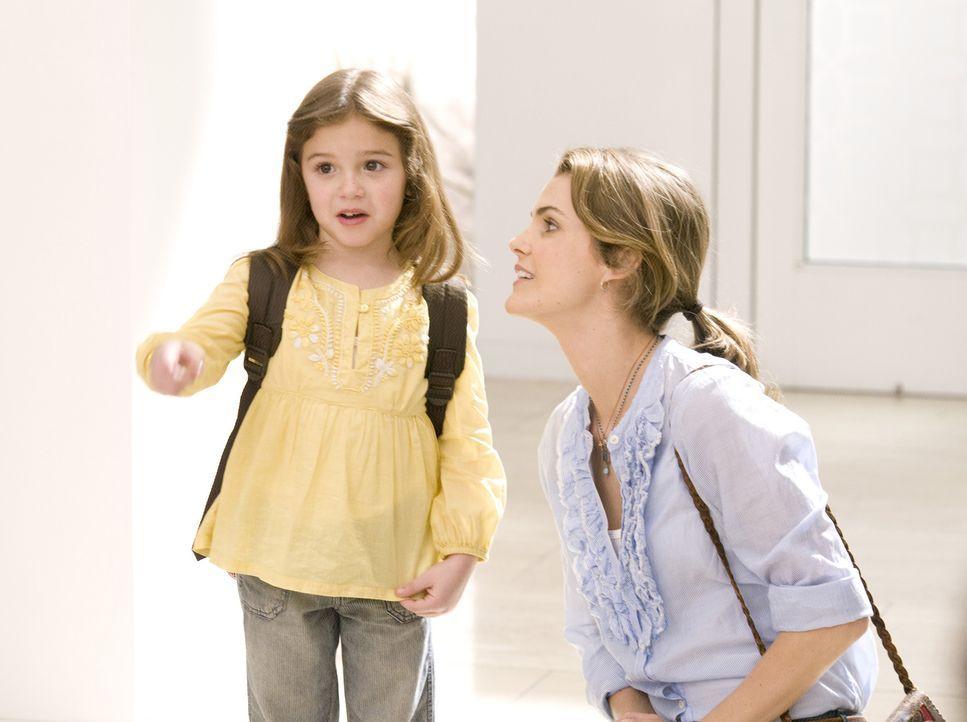 Während ihre Mutter Wendy bei einem Vorstellungsgespräch in Arizona weilt, wird die kleine Bobbi (Laura Ann Kesling, l.) von Jill (Keri Russell, r.)... - Bildquelle: Disney