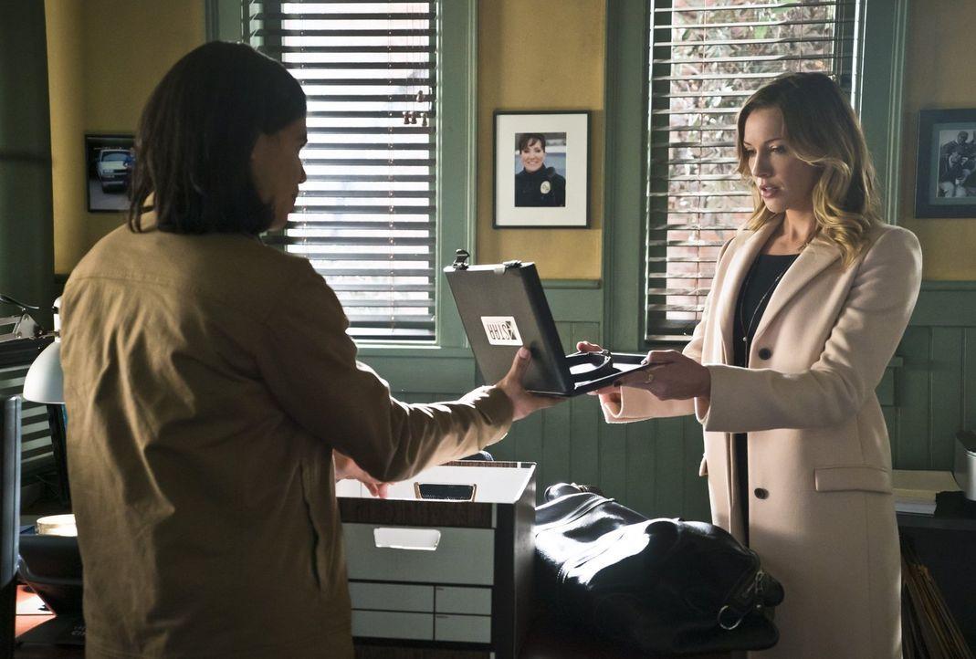 Ist es wirklich die richtige Entscheidung von Cisco (Carlos Valdes, l.), Laurel (Katie Cassidy, r.) zu helfen? - Bildquelle: Warner Brothers.