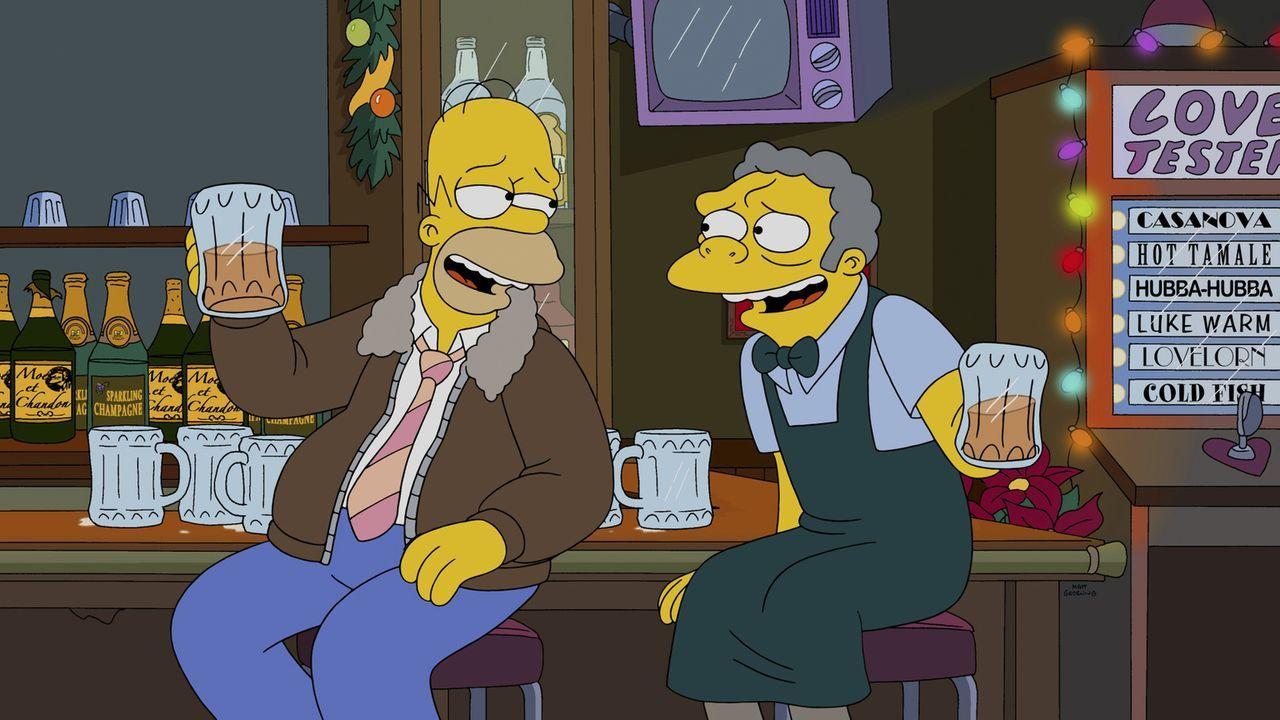 Während Marge und die Kinder am Heiligabend auf das Familienoberhaupt warten, feiert Homer (l.) mit Moe (r.) ... - Bildquelle: 2014 Twentieth Century Fox Film Corporation. All rights reserved.