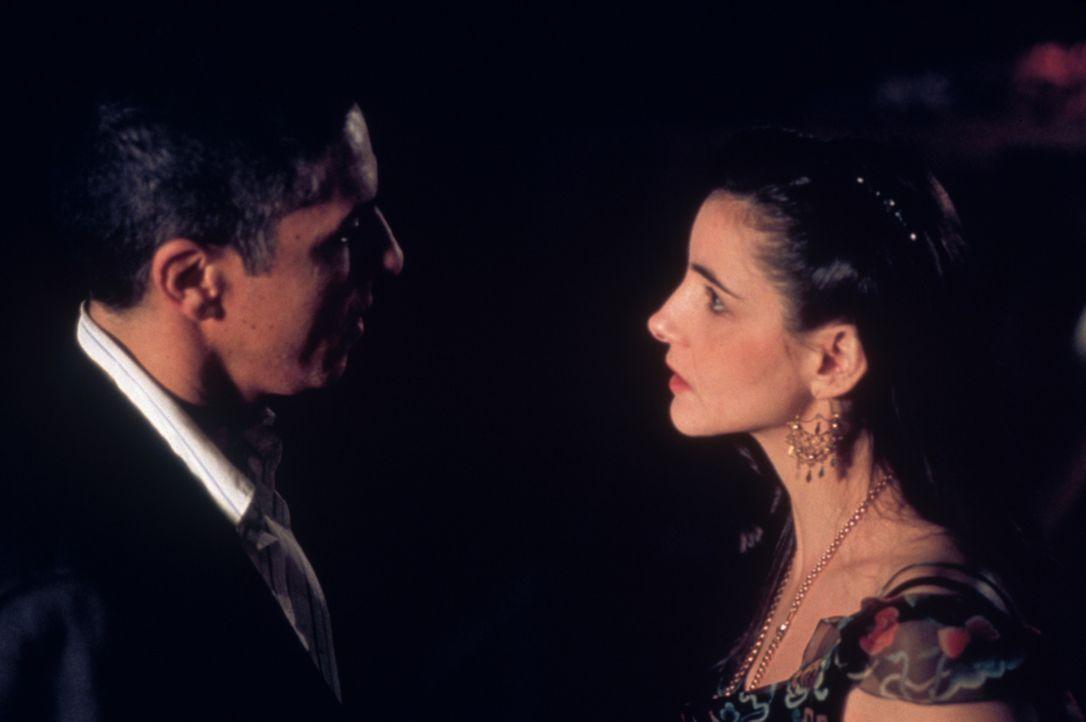 Plötzlich taucht Nina (Clotilde Courau, r.), die ehemalige Geliebte von Dris (Samuel Le Bihan, l.), wieder auf und sorgt für viel Verwunderung ... - Bildquelle: Sony Pictures Television International. All Rights Reserved.